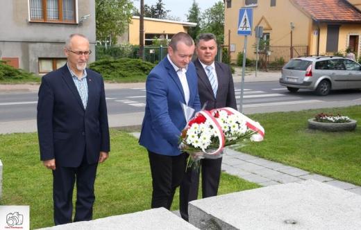 Złożenie wiązanki kwiatów przy pomniku