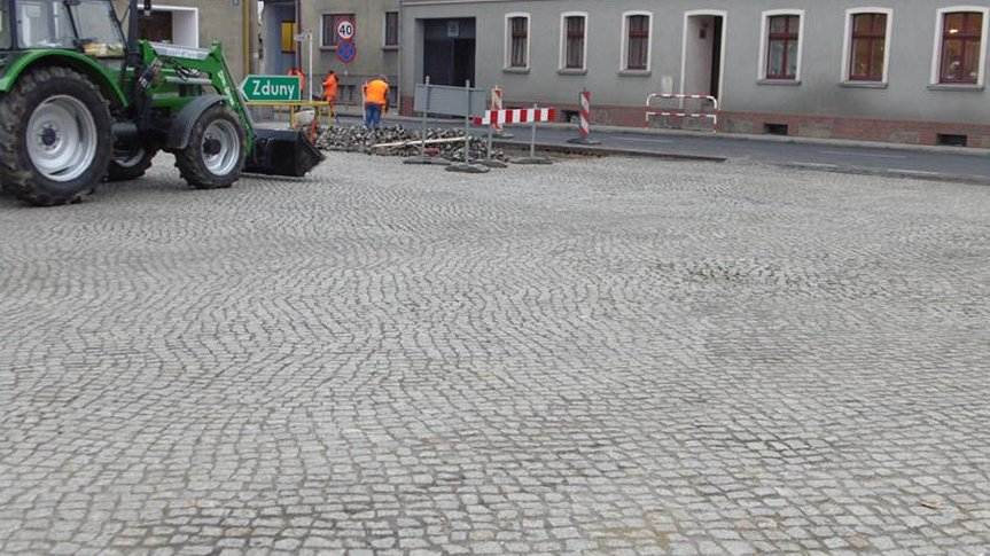 Prace wykończeniowe przy remoncie drogi krajowej nr 36 w mieście Kobylin