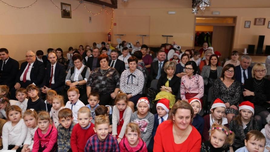 Zdjęcie grupowe z pracowników i emerytów Szkoły Podstawowej w Zalesiu Małym