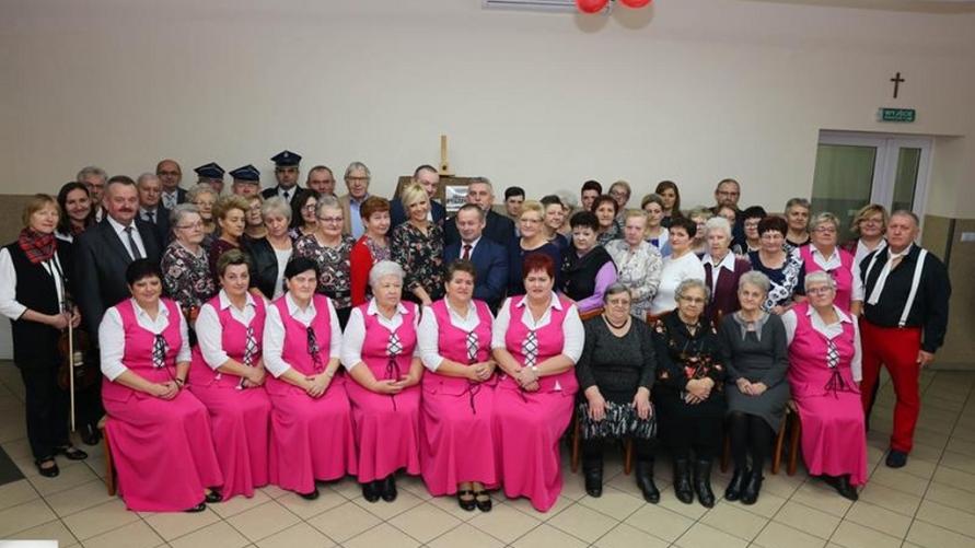Zdjęcie grupowe w sali wiejskiej w Łagiewnikach.