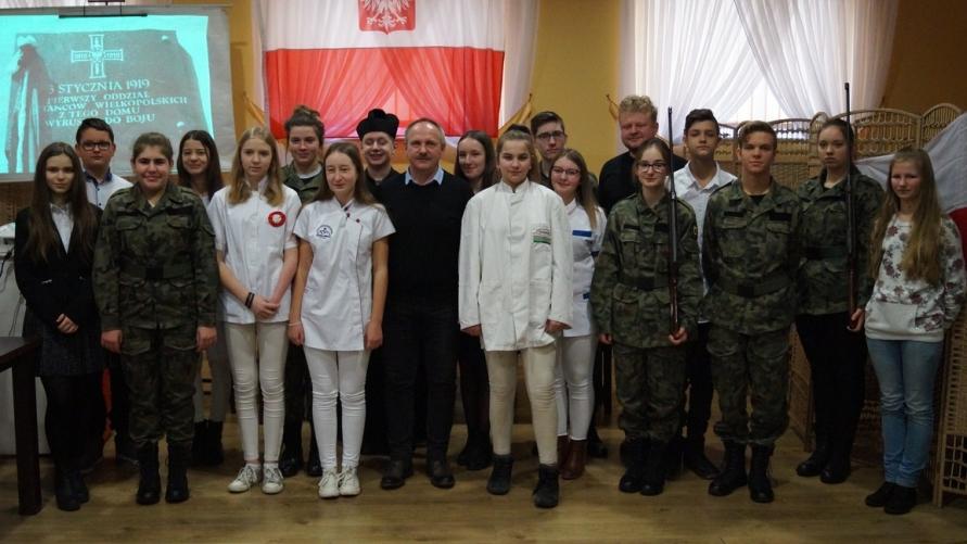 Zdjęcie grupowe przedstawiające uczniów biorących udział w akademii.