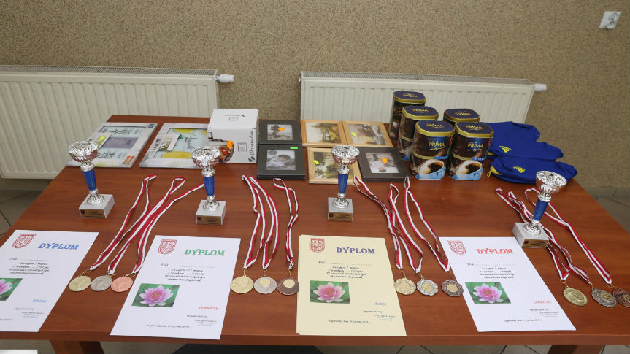 Stół z zawartością dyplomów, medali ...
