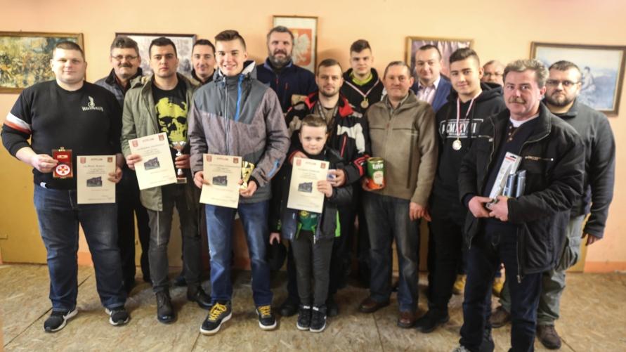 Zdjęcie grupowe z dyplomami.
