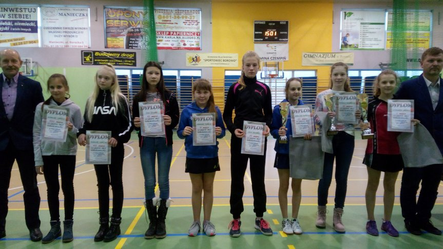 Zdjęcie grupowe uczestników z dyplomami.
