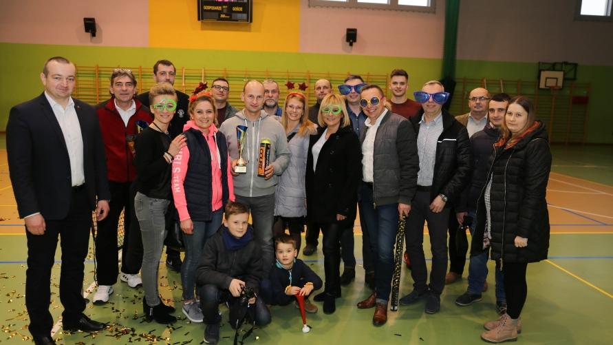 Zdjęcie grupowe na sali sportowej.