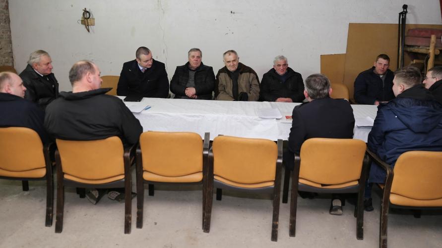 Widok stołów na sali przy których zasiadają osoby biorące udział w zebraniu.