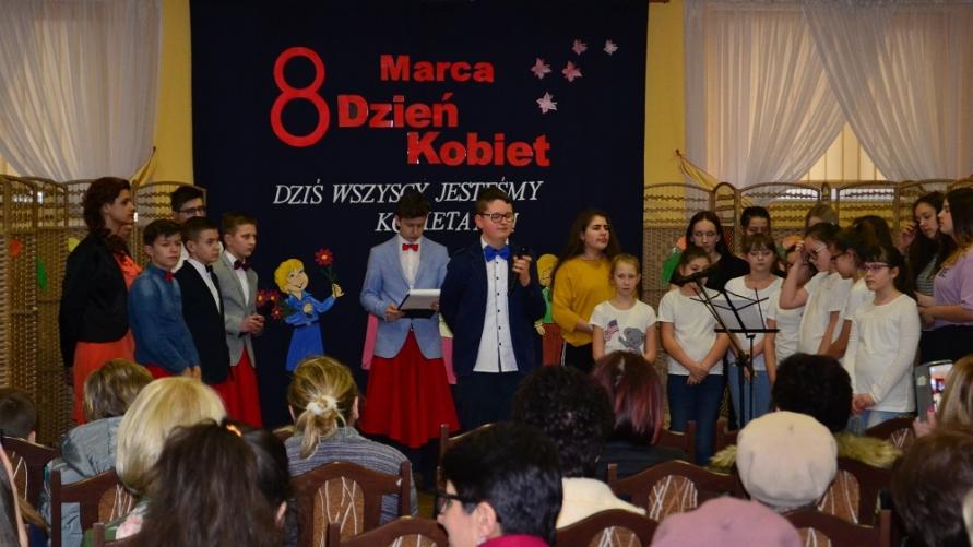 Dzieci ze Szkoły Podstawowej w Smolicach podczas akademii z okazji Dnia Kobiet