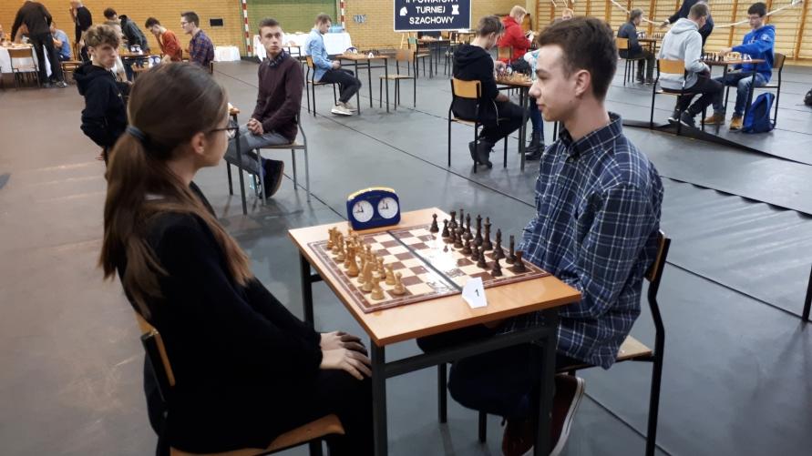 Widok sali z uczestnikami biorącymi udział w rozgrywkach.