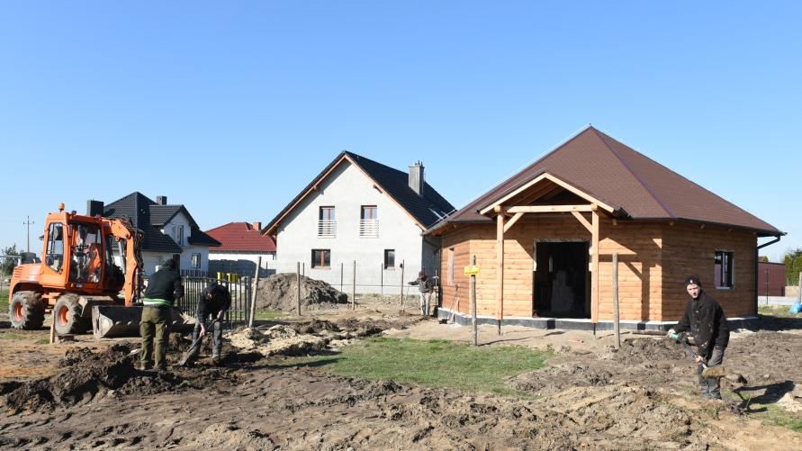 Widok grzybka w Starym Kobylinie w trakcie budowy w tle koparka i robotnicy.