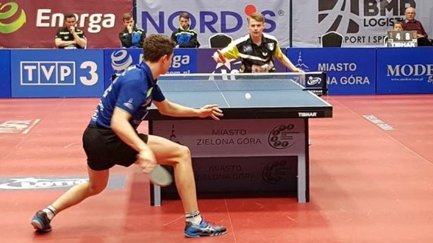 Widok grających zawodników w tenisa stołowego.