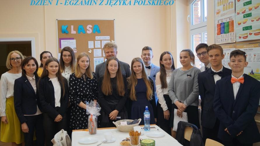 uczniowie ósmej klasy SP Smolice podczas egzaminu
