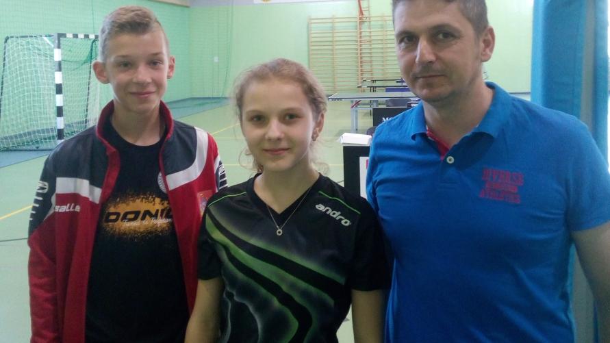 Klaudia Wachowiak i Antoni Frąckowiak z trenerem Robertem Wachowiakiem