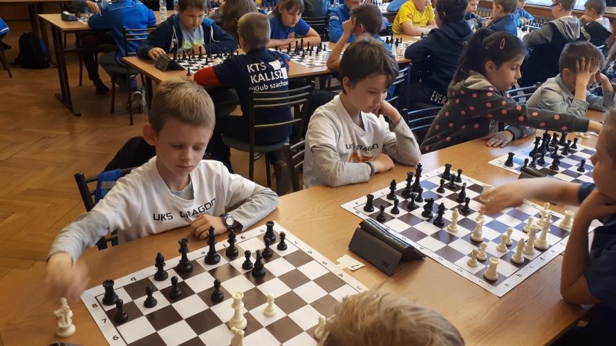 Zawodnicy UKS DRAGN podczas rozgrywek szachowych