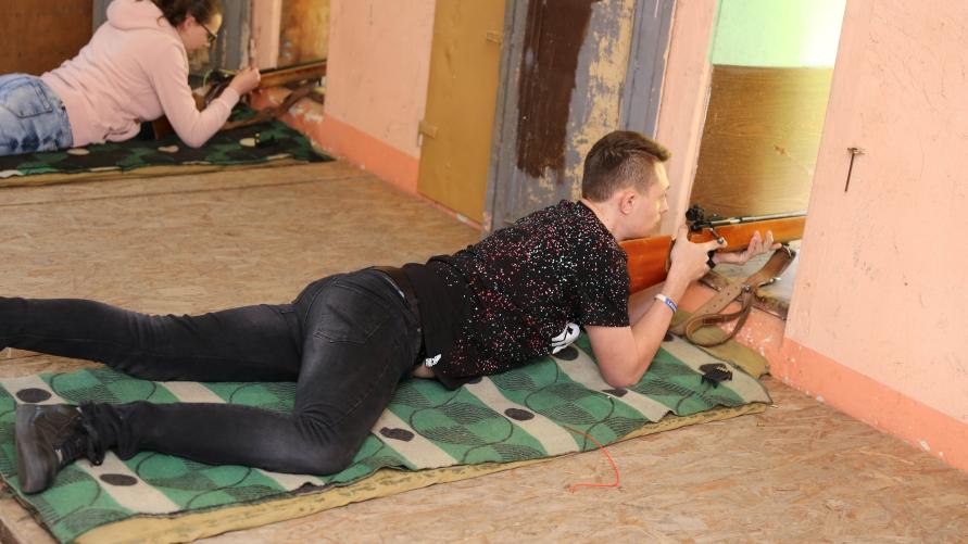 uczestnicy zawodów podczas strzelania z KBKS
