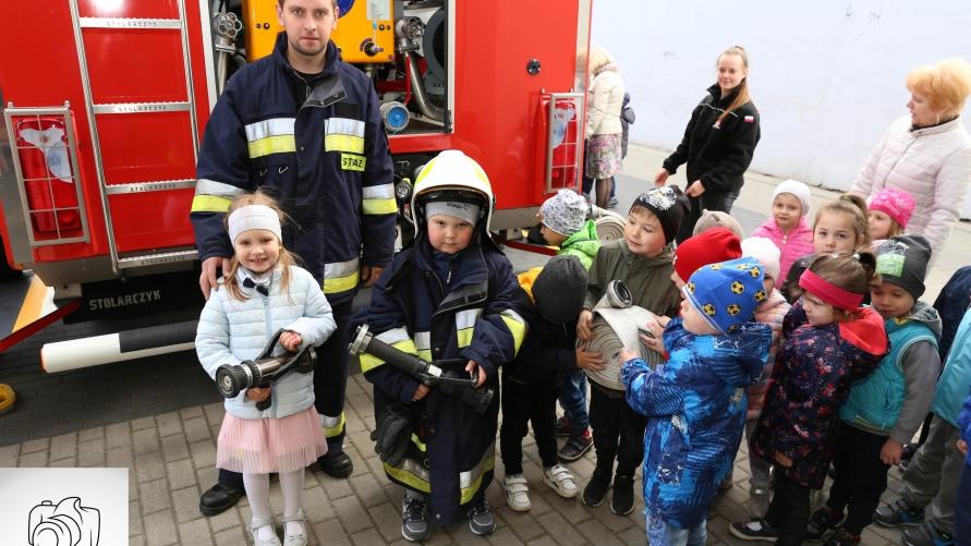 przedszkolacy ze sprzętem strażackim