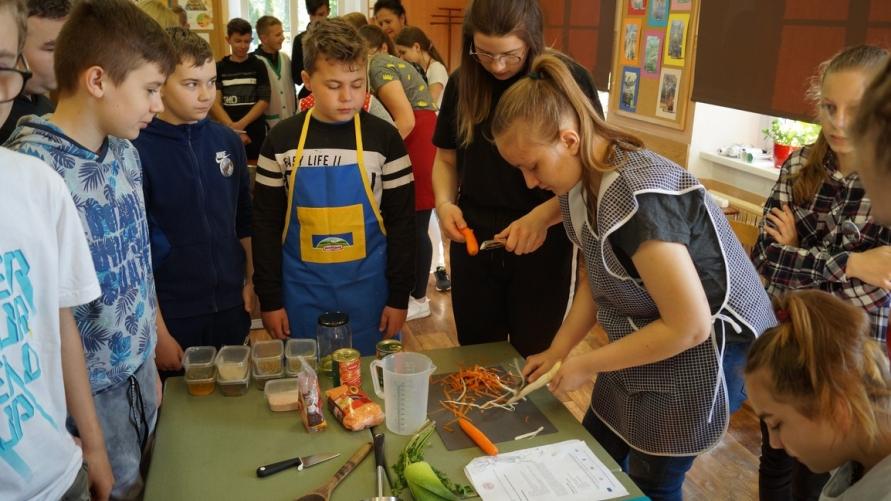 dzieci podczas gotowania