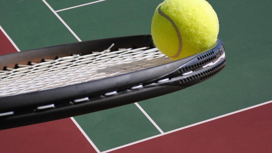 piłka i rakieta do tenisa ziemnego