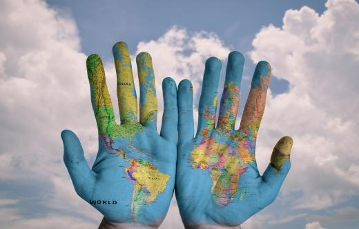 Na zdjęciu znajdują się dwie ręce z namalowaną mapą.