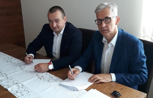 Burmistrz Kobylina Tomasz Lesiński oraz dyrektor PCPR w Krotoszynie Andrzej Piotrowski podpisują umowę.
