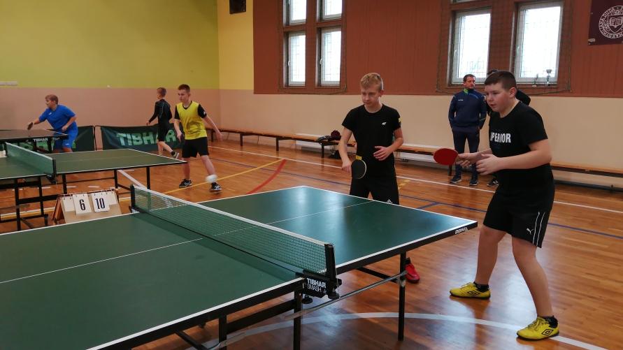 Młodzi tenisiści stołowi podczas meczu