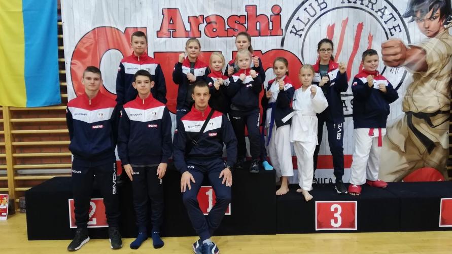 Młodzi karatecy z UKS UKEMI