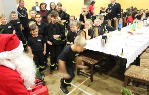 Młodzi strażacy z Gwiazdorem