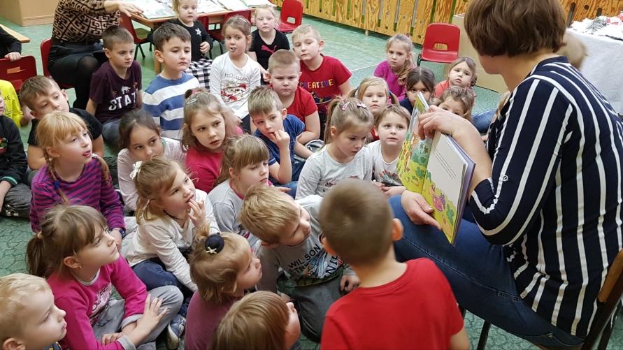 Przedszkolaki z Zalesia Wielkiego z panią bibliotekarką