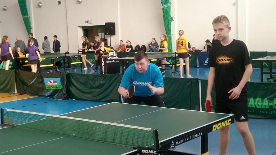 Uczniowie SP Kobylin podczas gry w tenisa stołowego