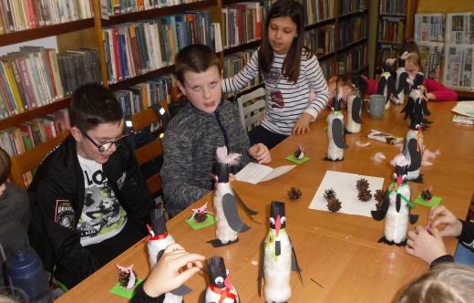 Dzieci wykonują pingwiny