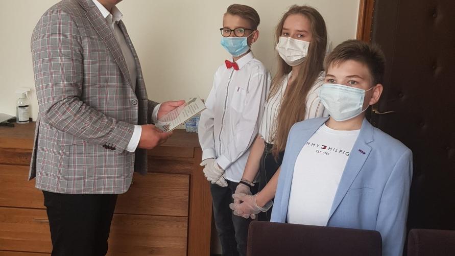 Zdjęcie stypendystów z Burmistrzem.