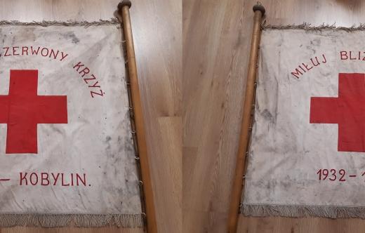 Stary sztandar kobylińskiego koła Polskiego Czerwonego Krzyża