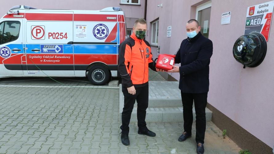 Jakub Nelle - ratownik medyczny z Tomaszem Lesińskim burmistrzem Kobylina przed siedzibą podstacji pogotowia w Kobylinie