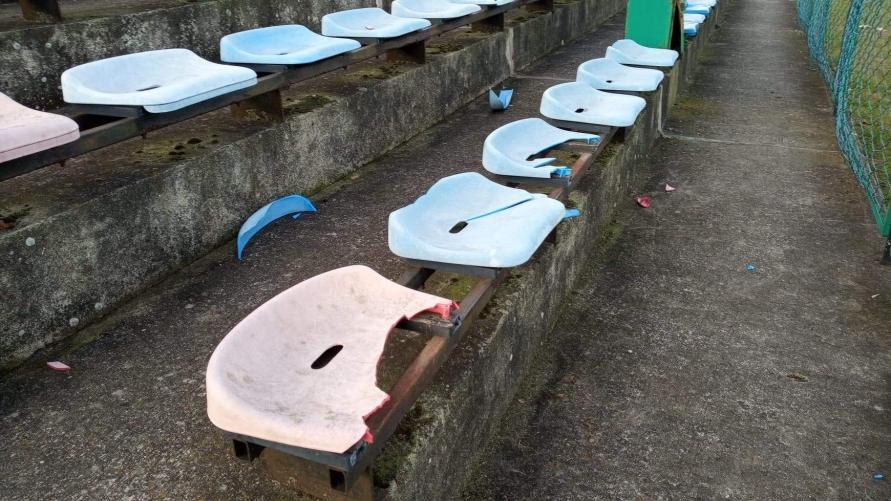 zniszczone siedziska na trybunach przy stadionie