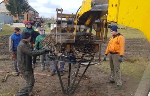 mieszkańcy Długołęki podczas prac przy przenoszeniu bocianiego gniazda