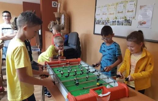 Dzieci grające w grę stołową piłkarzyki